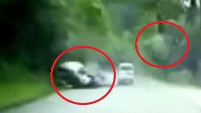 Clip: Đá tảng văng trúng, băm nát đầu ô tô đang chạy