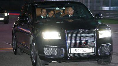 Xem ông Putin lái siêu xe 'Rolls-Royce' Nga chở Tổng thống Ai Cập quanh đường đua F1