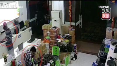 Nhân viên sử dụng điện thoại, mặc cho cướp vào cuỗm laptop