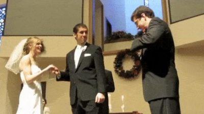 Trong ngày cưới vợ mà lũ bạn thân cũng không 'buông tha'