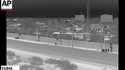 Người di cư bất chấp rủi ro, trèo qua bức tường biên giới Hoa Kỳ