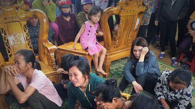 Người dân xót thương đưa tiễn 4 người trong gia đình treo cổ tự tử