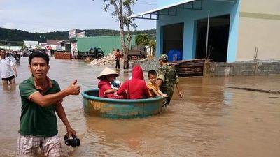 Người dân Phú Quốc vất vả bơm, tát nước sau mưa lớn