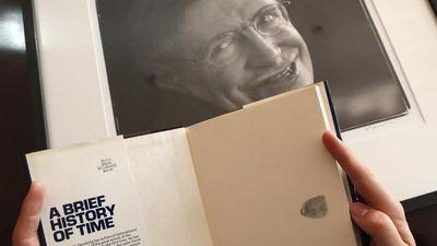 Luận văn, xe lăn của thiên tài vật lý Stephen Hawking sắp được đấu giá
