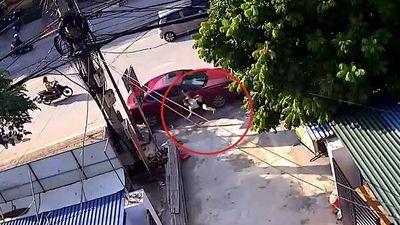 Nữ chủ nhà đang quét rác trên vỉa hè bất ngờ bị ôtô tông bay