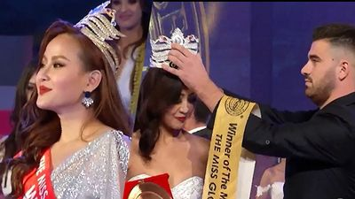 CLIP: Không phải hoa hậu Khánh Ngân, nhân viên sân khấu ngang nhiên trao vương miện cho Miss Globe 2018