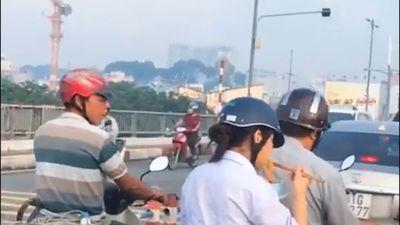 Nữ sinh đem tô mỳ vừa đi vừa ăn trên xe