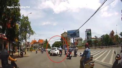 Ôtô tạt đầu, húc văng xe máy ra mặt đường