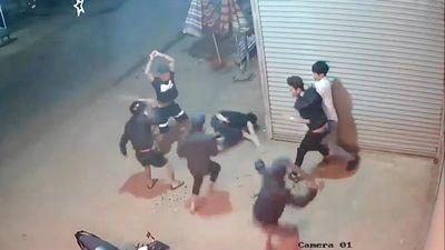 Camera an ninh ghi hình nhóm thanh niên chém 2 người nguy kịch