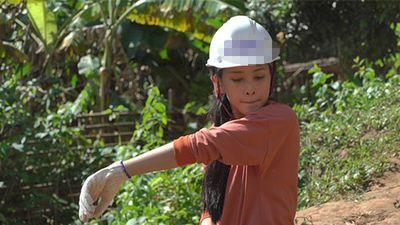 Hoa hậu Trần Tiểu Vy đẫm mồ hôi đào giếng cho bà con