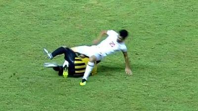 Cầu thủ U19 Malaysia khiến đối thủ dính chấn thương nặng nề