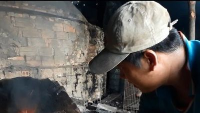 Nhọc nhằn nghề hầm than ở vùng đất Mũi Cà Mau