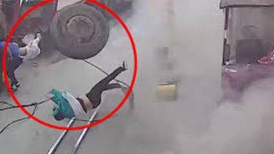 Clip: Lốp xe tải nổ tung khi đang bơm, hất bay phụ nữ bế con nhỏ