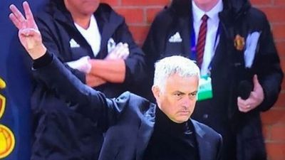 Mourinho làm CĐV Juventus bẽ mặt chỉ với 3 ngón tay