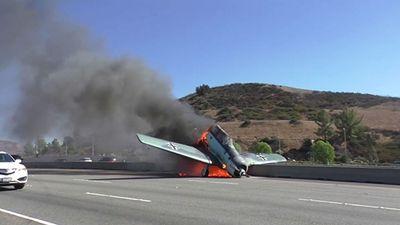 Kinh hoàng máy bay lao xuống đường cao tốc, bốc cháy ngùn ngụt