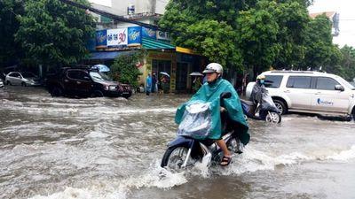 Hàng loạt xe chết máy, tắc đường ở TP Thanh Hóa vì mưa lớn