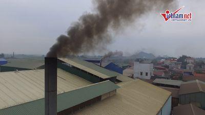 Khói đen mù khét, bụi đóng thành tầng trong khu dân cư ở Hà Nội
