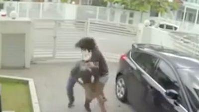 Cô gái tung đòn hiểm, tên cướp bỏ chạy trối chết
