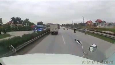 Nhóm thanh niên đầu trần đi xe máy 'đánh võng' trước đầu xe container