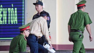 Clip: Bị cáo Phan Văn Vĩnh tăng huyết áp đột ngột, rời tòa