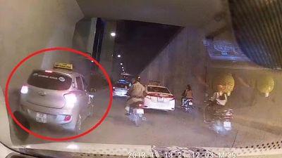Clip: Taxi coi thường mạng người, đi lùi trong hầm chui ở Hà Nội