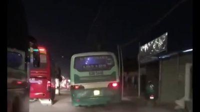 TP HCM: 'Tóm gọn' xe buýt phóng bạt mạng trên vỉa hè