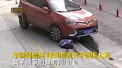 Ngồi xổm nghịch điện thoại, cô gái bị ô tô cán lên người