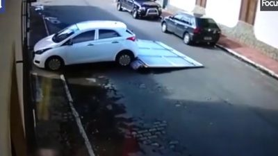 Vdeo: Ôtô lùi húc tung cánh cửa 70kg, đè trúng cặp vợ chồng già