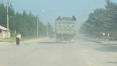 Thái Bình: Xe quá khổ chở bùn đất chạy tốc độ chậm vô tư trên đường