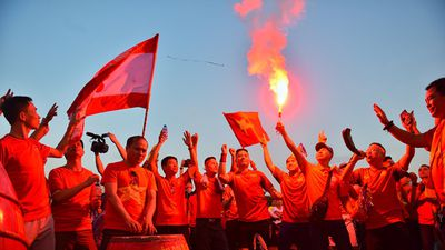CĐV đốt pháo sáng ngoài sân Mỹ Đình suốt 2 tiếng trước trận Việt Nam vs Malaysia