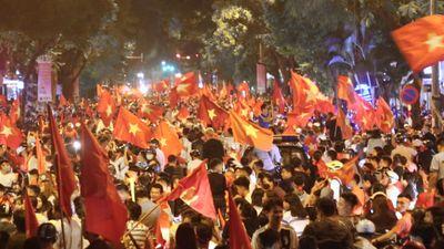 Hàng nghìn CĐV Việt Nam đổ về hồ Gươm ăn mừng chiến thắng