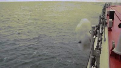 Xem tuần dương hạm mạnh nhất thế giới phóng tên lửa từ 'dưới nước chui lên'
