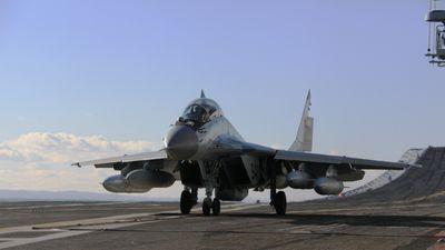 MiG-29 K, C-130 Ấn Độ bắn pháo sáng trên tàu sân bay Vikramaditya