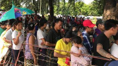 CĐV 'vượt' hàng rào dây thép gai mua vé xem Việt Nam vs Myanmar