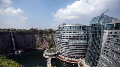 Táo bạo khách sạn cheo leo vách đá thách thức trọng lực tại Trung Quốc