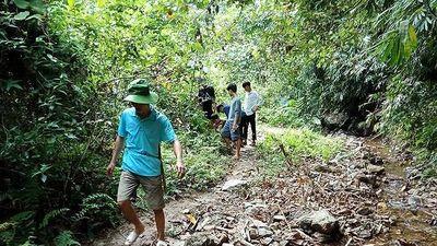 Nghệ An: Thiếu nước, giáo viên và học sinh băng rừng dẫn nước về trường