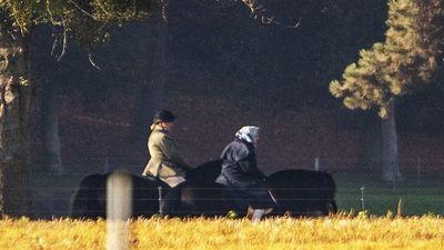 Nữ hoàng Anh thong dong cưỡi ngựa chiều thu ở tuổi 92