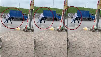 Thanh niên vác dao chém người giữa phố Hà Nội