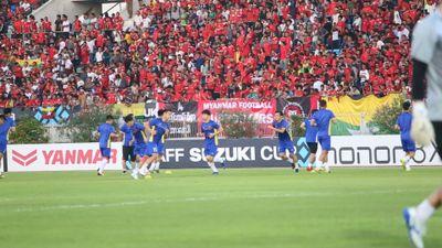 Đội hình chính tuyển Việt Nam khởi động trước trận đấu