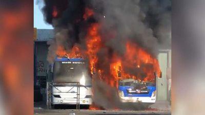 Hai xe giường nằm bốc cháy dữ dội trong bến xe trung tâm TP Đà Nẵng