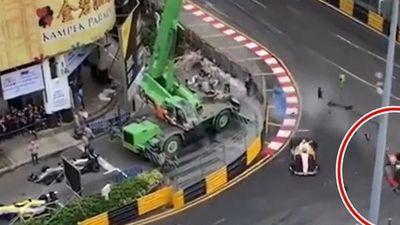 Kinh hoàng xe đua 'ghim' vào hàng rào bên đường ở tốc độ gần 300 km/h