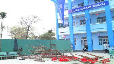 Đơn vị thi công không thu dọn khiến giàn giáo đổ đè 25 học sinh