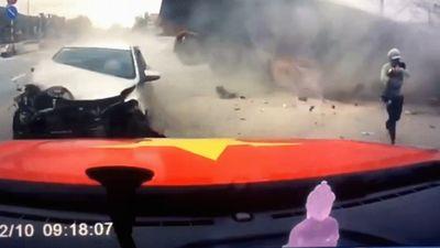 2 mẹ con thoát chết khi xe container tông nát nhiều ôtô