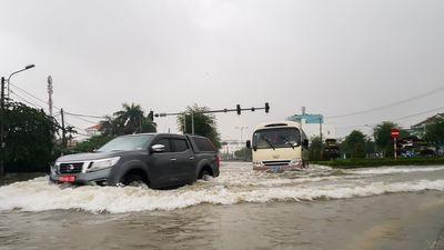 Quốc lộ 1 qua Quảng Nam ngập sâu, người dân chật vật di chuyển