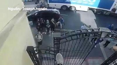 Anh chàng liều lĩnh lao người từ mái nhà qua trụ cửa nhỏ xíu