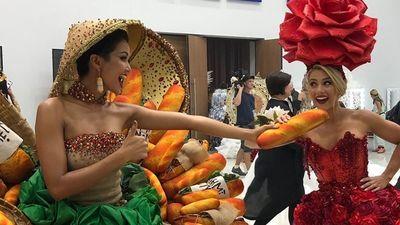 H'Hen Niê giơ cao bánh mì Việt Nam khi trình diễn trang phục dân tộc