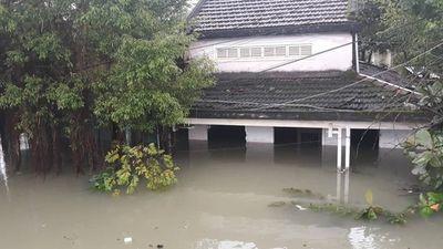 Quảng Nam tiếp tục mưa to, bộ đội giúp dân đi lánh nạn