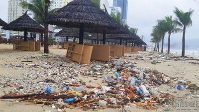 Rác ngập ngụa bãi biển đẹp nhất hành tinh sau trận mưa kỷ lục