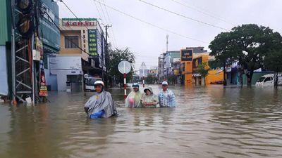 Quảng Nam mưa ngập kinh hồn: 'Bơi' đi lánh nạn ồn ào khắp nơi
