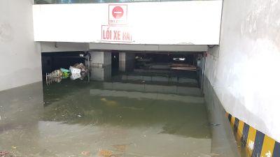 Lụt lịch sử Đà Nẵng: Bơm nước cứu xế sang 'chết đuối' trong hầm